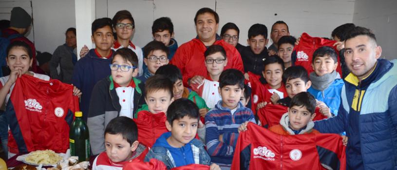 Niños de Aurora de Chile cuentan con nueva indumentaria deportiva